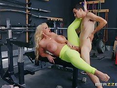 Marvelous constant sex down up ahead gym for a big ass cougar