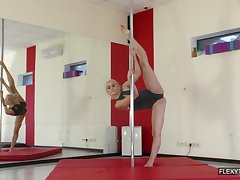 That sweet pole dancer has some elasticity in her beautiful naked body