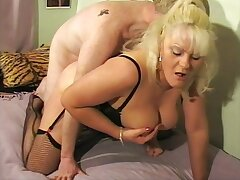 Amateur mature Cleo gets the brush pussy fucked balls deep by a suitor