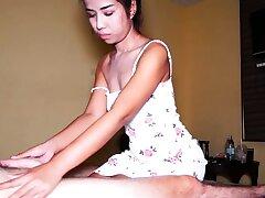 Amateur Thai masseur fucking her client